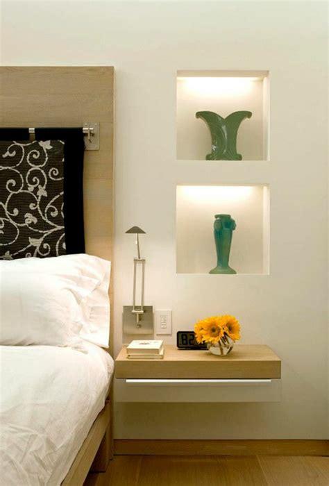 chambre en palette installer une table de nuit suspendue près de lit