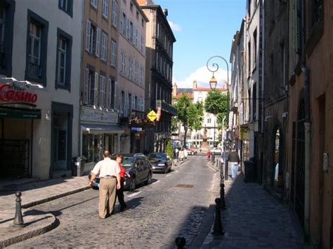 rue du port donnant sur la place delille clermont ferrand