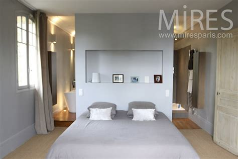 ambiance chambre parentale appartement parisien une chambre ouverte sur sa salle de
