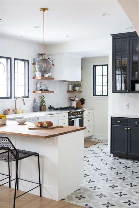 carrelage ciment d 233 co de cuisine blanche avec meubles blancs et noirs et comptoir de bois clair