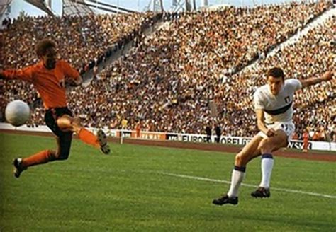Mondiali di calcio Germania Ovest 1974 : definition of Mondiali di calcio Germania Ovest 1974 and synonyms of Mondiali di calcio Germania Ovest 1974 (Italian)