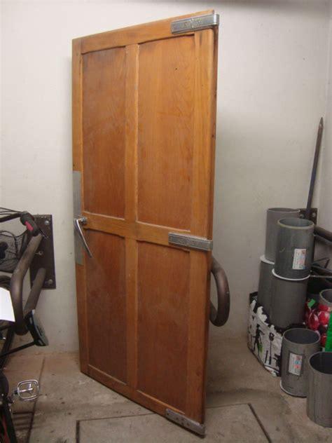 frigo de chambre porte en bois chambre froide 1950 frigo vintage les