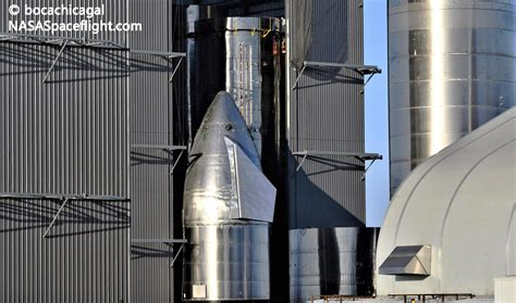 spacex rolls  starship   assembly