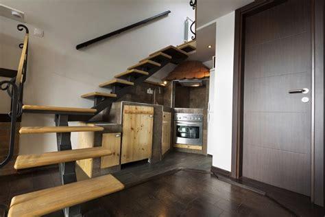 marché de la cuisine 11 cuisines sous escalier la cuisine gain de place