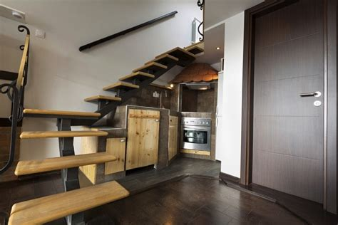 cuisines sous escalier la cuisine gain de place