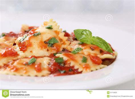 ravioli italiens de p 226 tes avec le repas de nouilles de sauce tomate avec le basilic photo stock