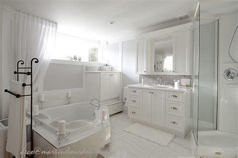 chambre et salle de bain beaucoup de blanc un peu de gris chambre et salle de