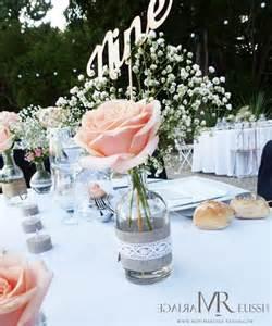noms de table mariage centre de table bohème chic mini vase avec et gypsophile toile de jute et dentelle nom