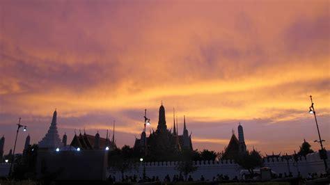 ประชาชนแห่ถ่ายภาพท้องฟ้าเป็นริ้วสีทองเหนือพระบรมมหาราชวัง