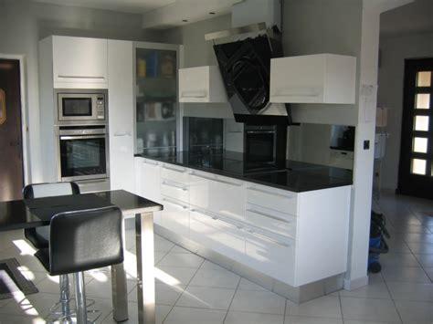 cuisine grise plan de travail noir cuisine equipee grise laquee 5 cuisine blanche plan de travail noir evtod