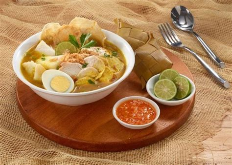 Sedikit berbeda dengan soto lainnya, soto ayam lamongan ini punya ciri khas tersendiri. 15 Aneka Resep Soto Ayam Nusantara yang Dijamin Top, Cek Disini!