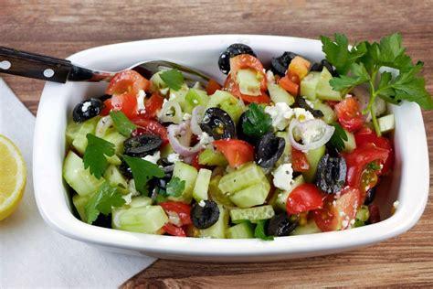 gurken und tomaten griechischer salat mit tomaten gurken oliven und feta