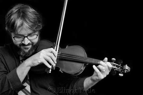 violinist black white