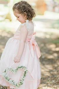 la robe petite fille dhonneur comment choisir la With chambre bébé design avec bouquet de fleur demoiselle d honneur