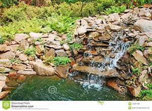 Gartenteich Mit Wasserfall : gartenteich und wasserfall lizenzfreies stockbild bild 15387426 ~ A.2002-acura-tl-radio.info Haus und Dekorationen
