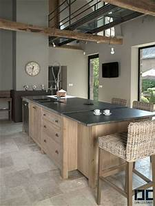 Une cuisine chic bois et noire avec un ilot central for Deco cuisine avec chaise bois