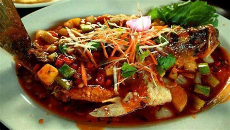 Untuk persiapan steam knele semua ikan dibersihkan, dicuci, dipisahkan dari tulang dan dihancurkan dengan blender atau dipilin melalui. Ikan Kukus Thailand - Resepi Ikan Siakap Tiga Rasa Thai ...