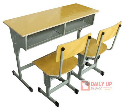 bureau d etude structure bureau d 39 écolier avec des chaises en bois table d