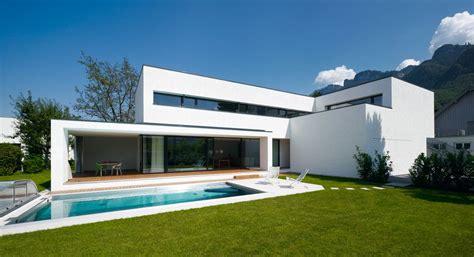 Moderne Häuser Wohnzimmer by Modernes Einfamilienhaus Mit Pool Fenster
