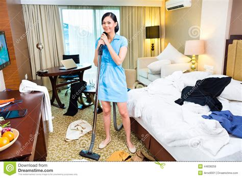 hotel recrute femme de chambre nettoyage de femme de chambre dans l 39 hôtel asiatique photo