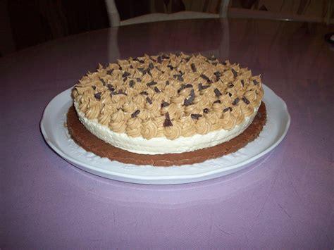 creme dessert chocolat blanc pin fond blanc dessert le g 226 teau 224 la cr 232 me fouett 233 e roses cake on