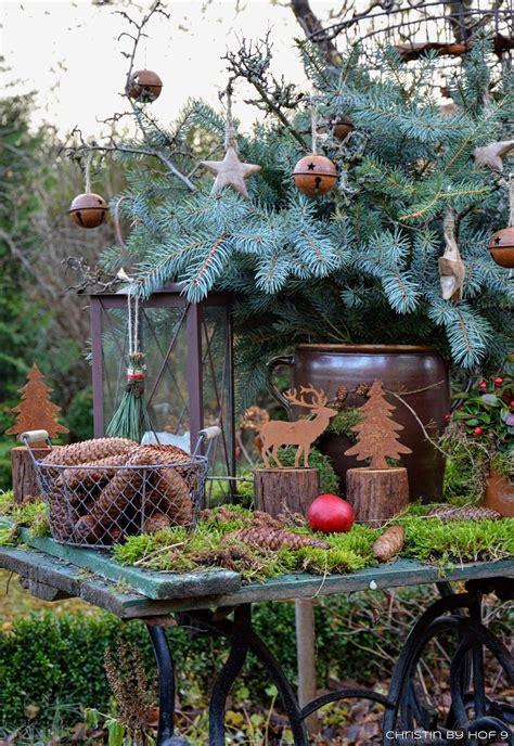 quaste aus kiefernadeln natuerliche gartendeko im winter weihnachtsdekoration im garten