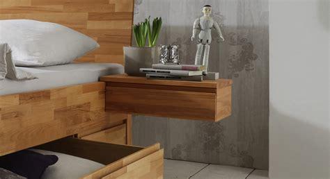 Bett Nachttisch Einhängen by Nachttisch Aus Massivholz In Schwebeoptik Zarbo Betten De