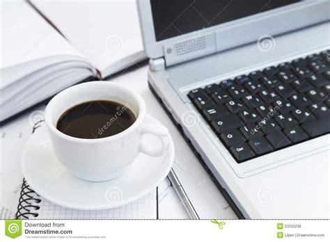 café au bureau tasse de café au bureau au dessus des papiers de l