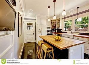 Buffet Avec Plan De Travail : cuisine blanche avec l 39 le en bois de plan de travail photo stock image 44640011 ~ Teatrodelosmanantiales.com Idées de Décoration