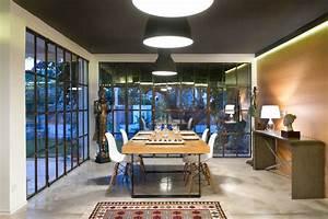 salle-a-manger-verriere-atelier-et-mur-bois