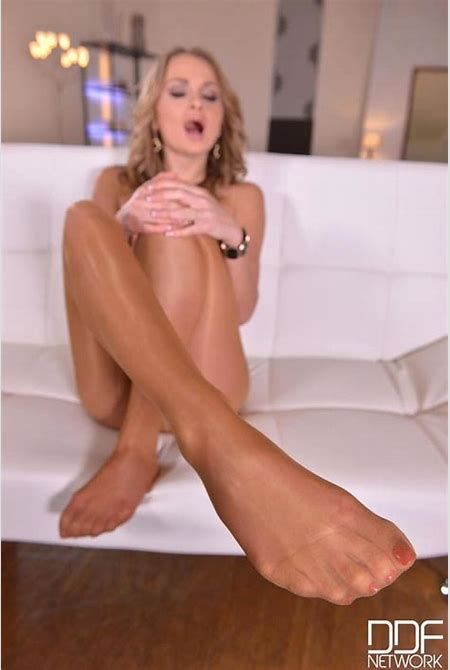 Oiling Sexy Tootsies - Hot Blonde in Nylon Pantyhose Masturbates video with Ivana Sugar