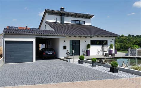Einfamilienhaus Mit Fertigteilgarage Und Geräteschuppen In