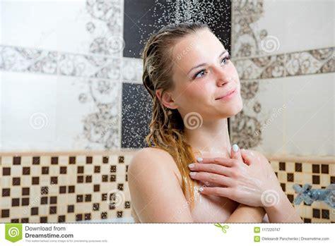 donna nuda sotto la doccia immagini di riserva di donna sotto la doccia la