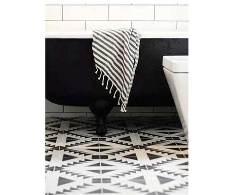 cuisine faience metro carreaux de ciment noirs et blancs dans salle de bain