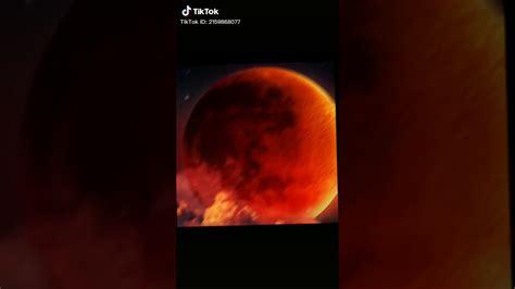 Ánh sáng này có màu đỏ vì cùng lý do hoàng hôn có màu đỏ, do sự tán xạ rayleigh của các tia sáng. Nguyệt thực - YouTube