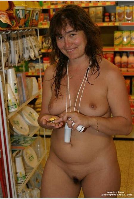 Frauen zeigen sich nackt beim Einkauf - Pornobilder und Sexfotos von Amateuren