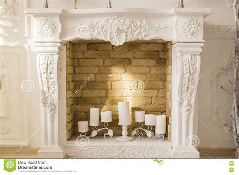 camino decorativo camino decorativo bianco con le candele fotografia stock