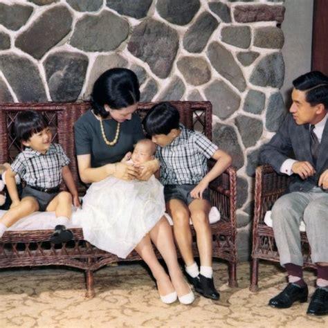 Los Emperadores Akihito Y Michiko Con Sus Hijos La