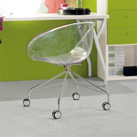 chaise en verre transparente chaise design transparente en 34 modèles légers et limpides