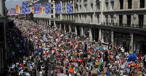 trump london protests protest donald today anti central march thousands britain against queen demonstrators elizabeth huge president tens usa balloon