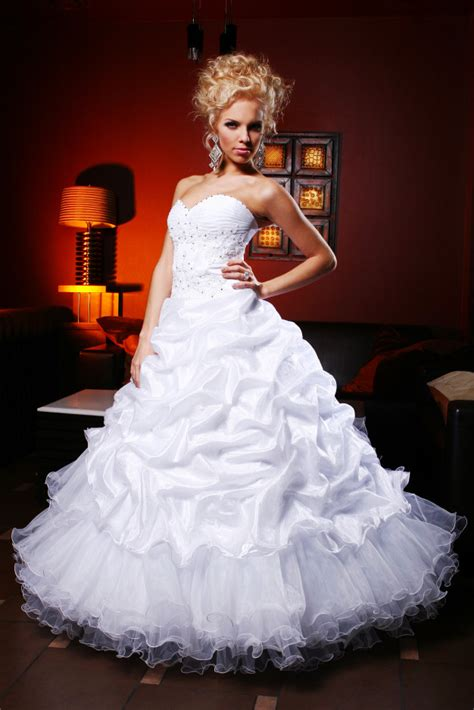 Hochzeitskleid, verschiedene, hochzeit, drinnen, weiße farbe, hängend, mode, kleid. Junge und schöne braut im hochzeitskleid | Kostenlose Foto