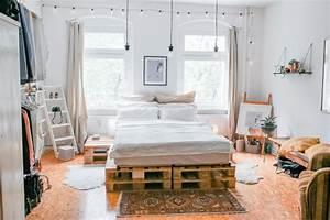 Bett Mit Paletten : wundersch nes schlafzimmer mit diy bett und diy beistelltisch diy bett paletten ~ Sanjose-hotels-ca.com Haus und Dekorationen