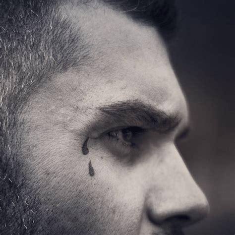 tatouage larme signification  illustrations