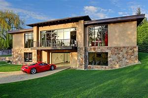 2-Bedroom House in Washington Centered Around a 16-Car