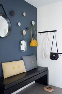 Mur Bleu Pétrole : d co salon hall d 39 entr e maison avec mur en bleu p trole et suspensions rondes multic ~ Melissatoandfro.com Idées de Décoration