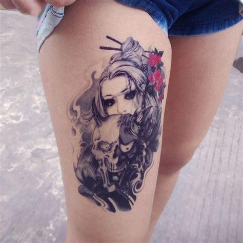 tatouage school femme noir et blanc