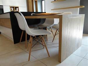 La table de cuisine en bois clair prolonge l39ilot central for Deco cuisine avec chaise contemporaine design