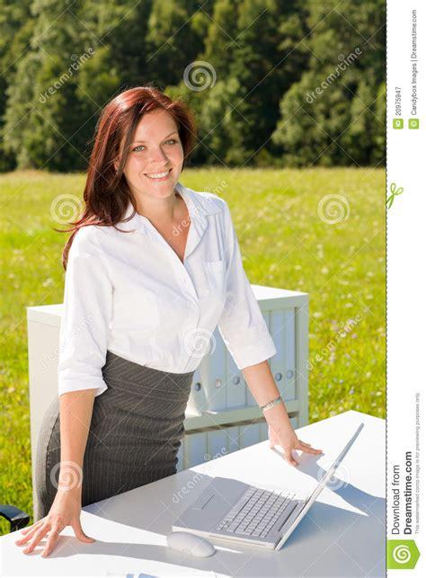 affaires de bureau femme d 39 affaires dans le sourire ensoleillé de bureau de
