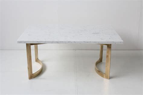 le de bureau laiton table basse table basse laiton et marbre de carrare 1950