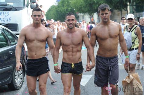 Hombres con los torsos desnudos en el Orgullo Gay de ...